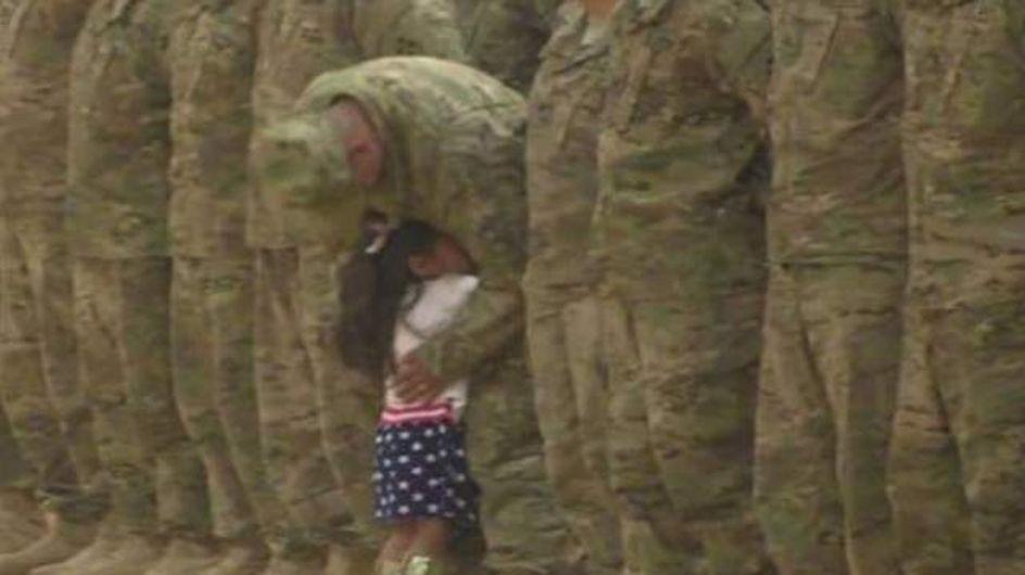 Une petite fille interrompt une cérémonie militaire pour faire un câlin à son père