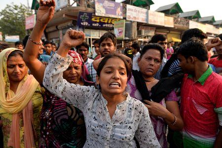Des Indiens manifestent leur colère à New Delhi après le viol de deux fillettes