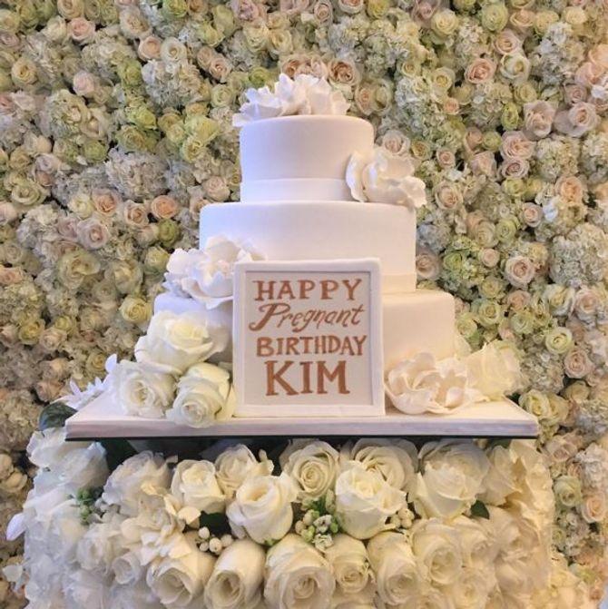 Le beau gâteau d'anniversaire de Kim Kardashian