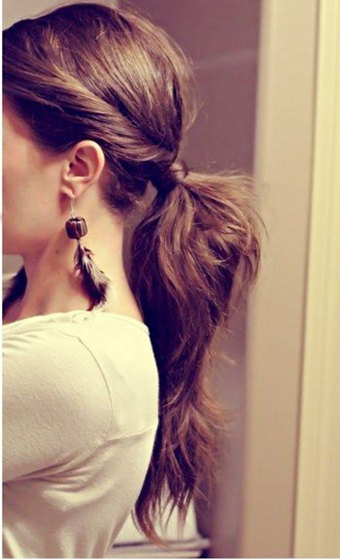 La coda con l'elastico nascosto dai capelli