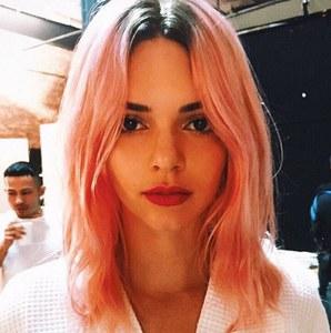 Kendall Jenner avec les cheveux roses.