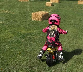 Willow, la fille de 4 ans de Pink, assure à moto (Vidéo)
