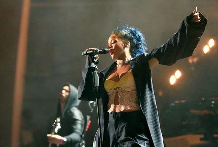 Rihanna avec les cheveux bleus.