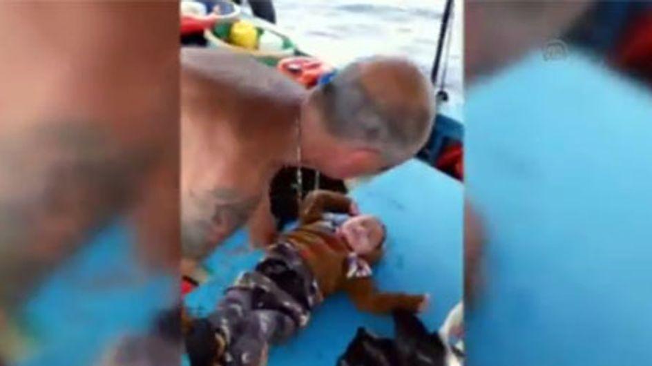 Miracle du jour : Des pêcheurs turcs sauvent un bébé syrien de la noyade (Vidéo)