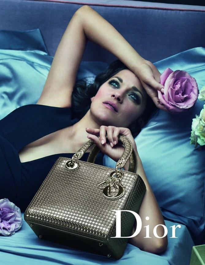 Marion Cotillard présente le Lady Dior