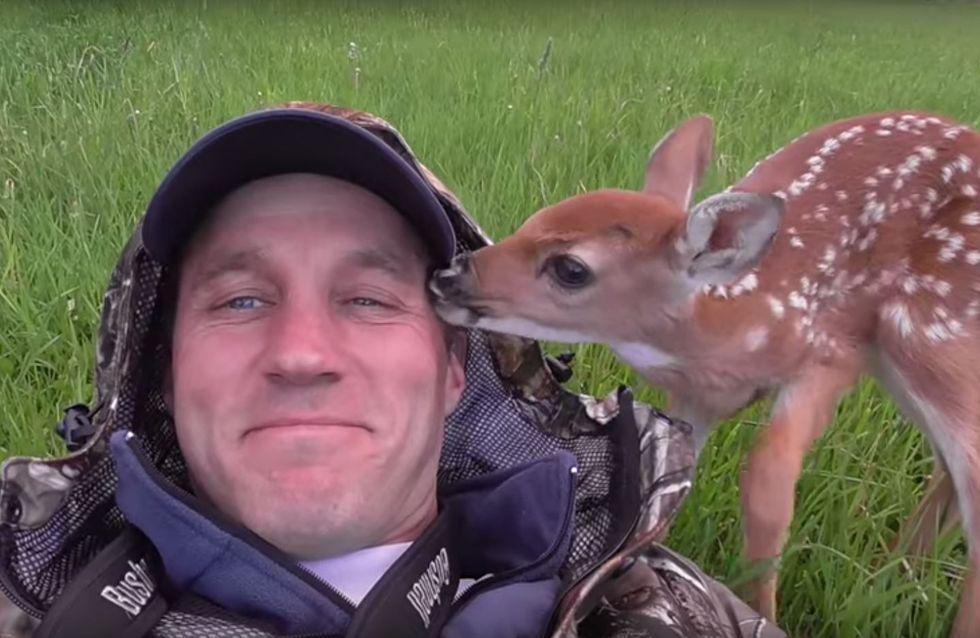 Er rettet ein Rehkitz vor dem sicheren Tod - schaut, was passiert als er versucht, es freizulassen