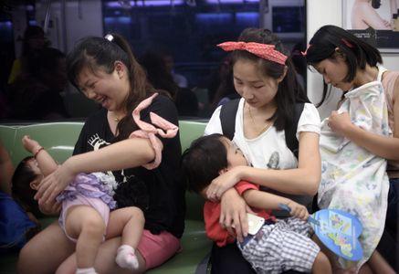 Des Chinoises et leurs enfants.