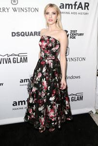 Emma Roberts romantique et féminine dans une création Alexander McQueen
