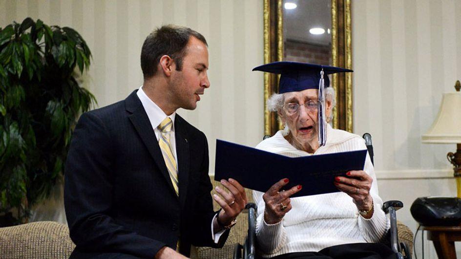 Sie erhält mit 97 Jahren endlich ihren Schulabschluss - und weint vor lauter Glück!
