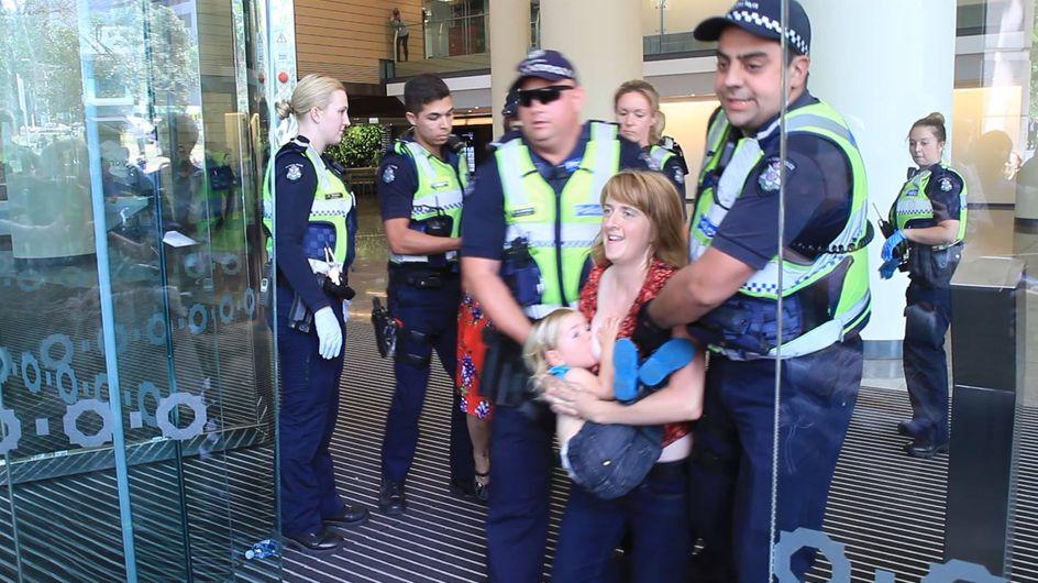 Diese Mutter stillt gerade ihr Kind - doch dann wird sie plötzlich von der Polizei abgeführt