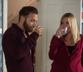 Eastenders 17/11 - Ronnie arrives to apologise to Dean and Roxy