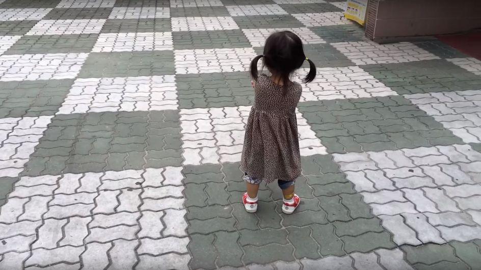 Eigentlich will dieses kleine Mädchen schmollen - bis sie merkt, was ihre Schuhe können