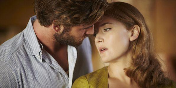 Kate Winslet et Liam Hemsworth dans le film The Dressmaker