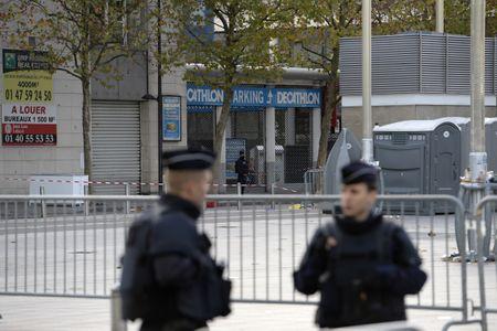Des policiers à proximité du Stade de France après les attentats