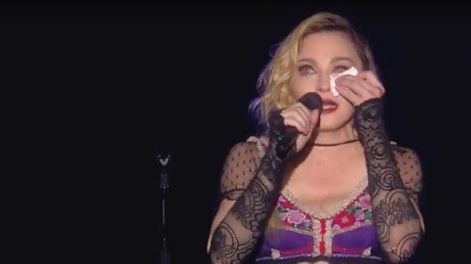 Madonna in lacrime canta Like a prayer per ricordare le vittime degli attentati parigini
