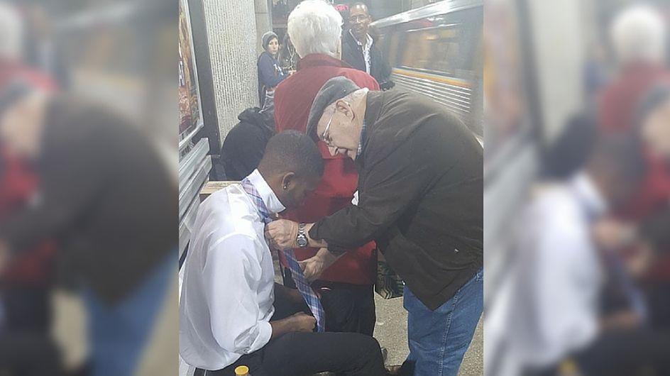 Gentile signore aiuta un ragazzo di colore ad annodare la cravatta: l'immagine fa il giro del mondo