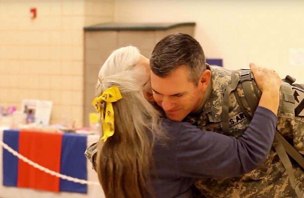 Per 12 anni questa nonnina ha abbracciato i soldati all'aeroporto: ora loro le restituiscono il favore