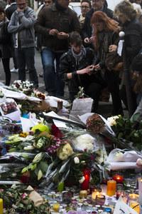 Paris recouvert de fleurs et de bougies
