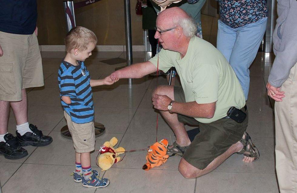 Das ist der rührende Moment, in dem ein adoptierter Junge zum ersten Mal seinen Opa trifft