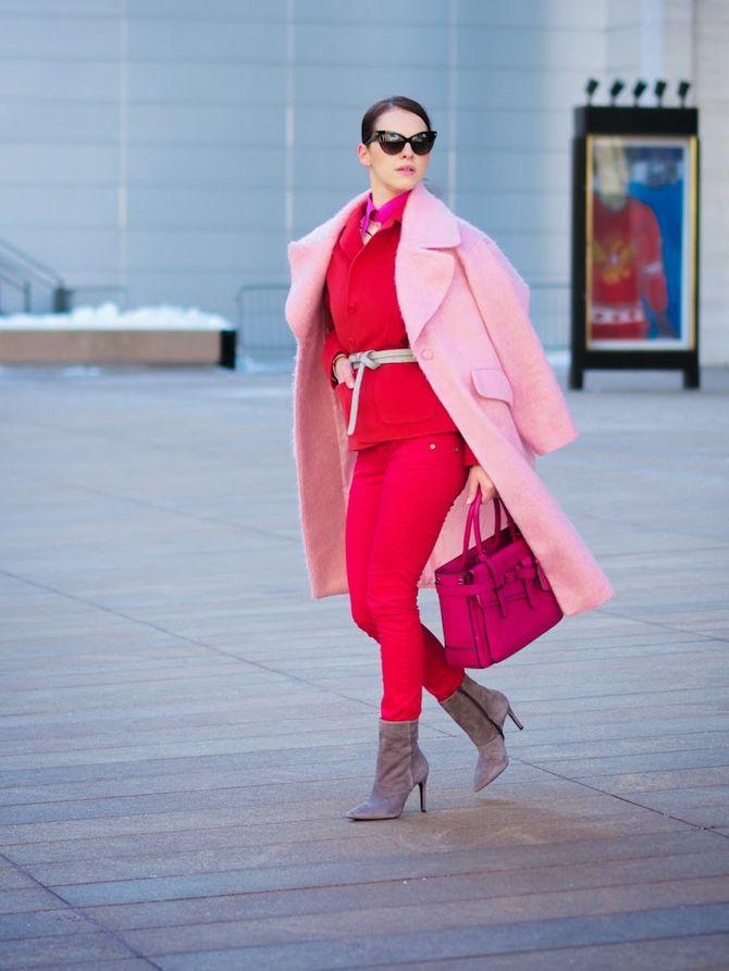 Look con un capospalla rosa