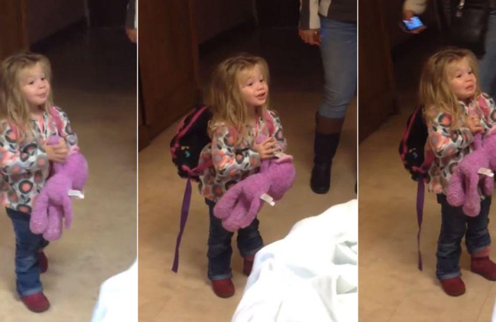 Sie lernt zum ersten Mal ihren kleinen Bruder kennen - doch mit DIESER Reaktion rechnete keiner
