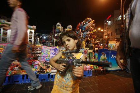 Une fillette avec une arme factice.