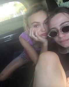 Lily-Rose Depp avec une amie.