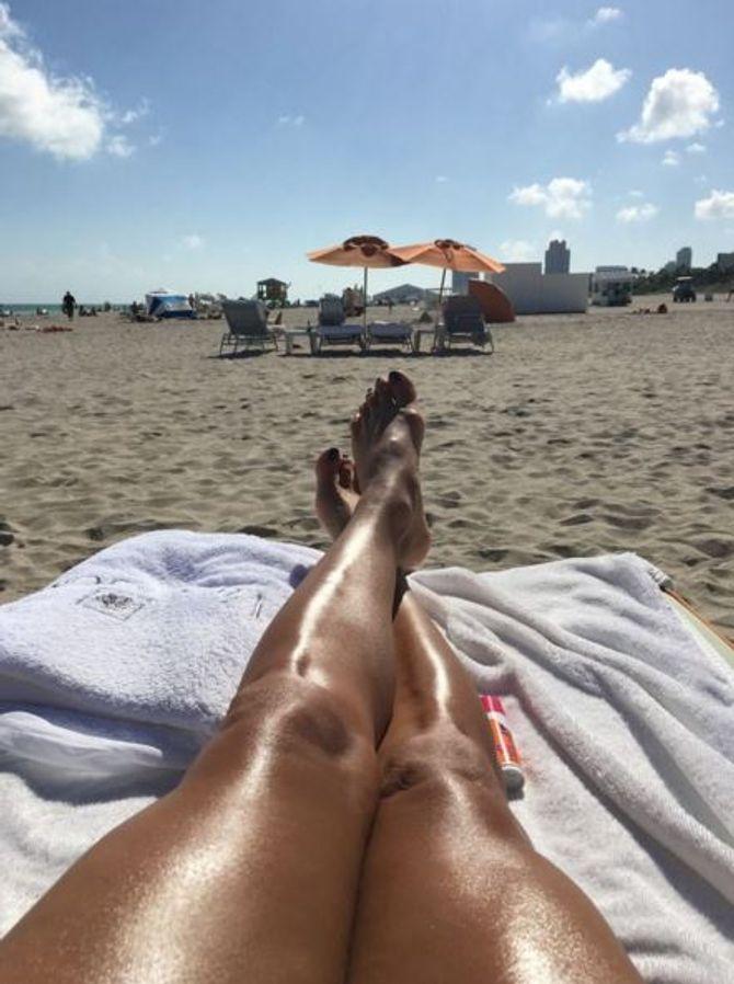 Eva Longoria en pleine séance de bronzage à Miami