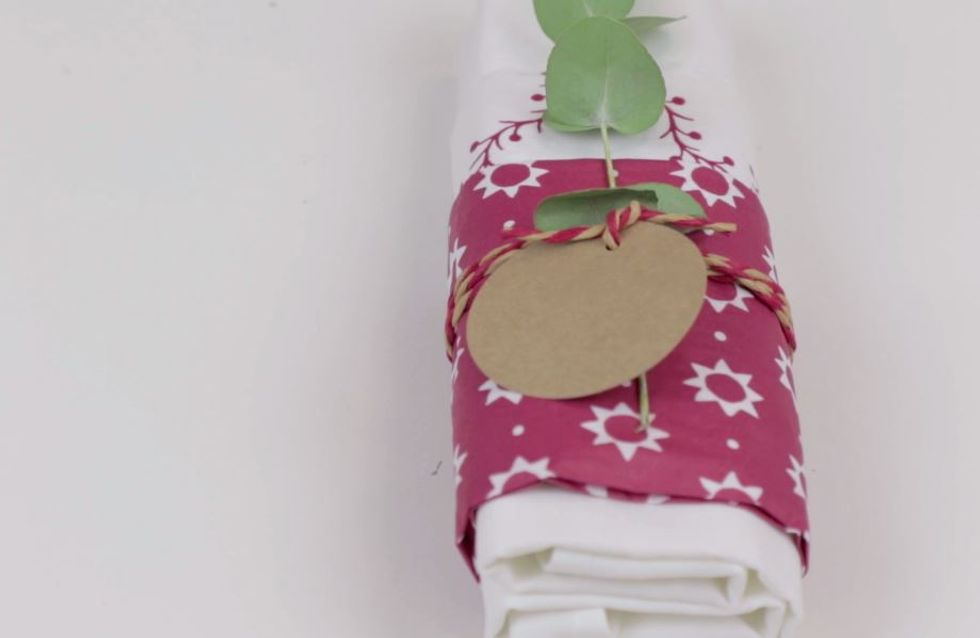 DIY : Une jolie façon de présenter vos serviettes de table pour Noël (Vidéo)