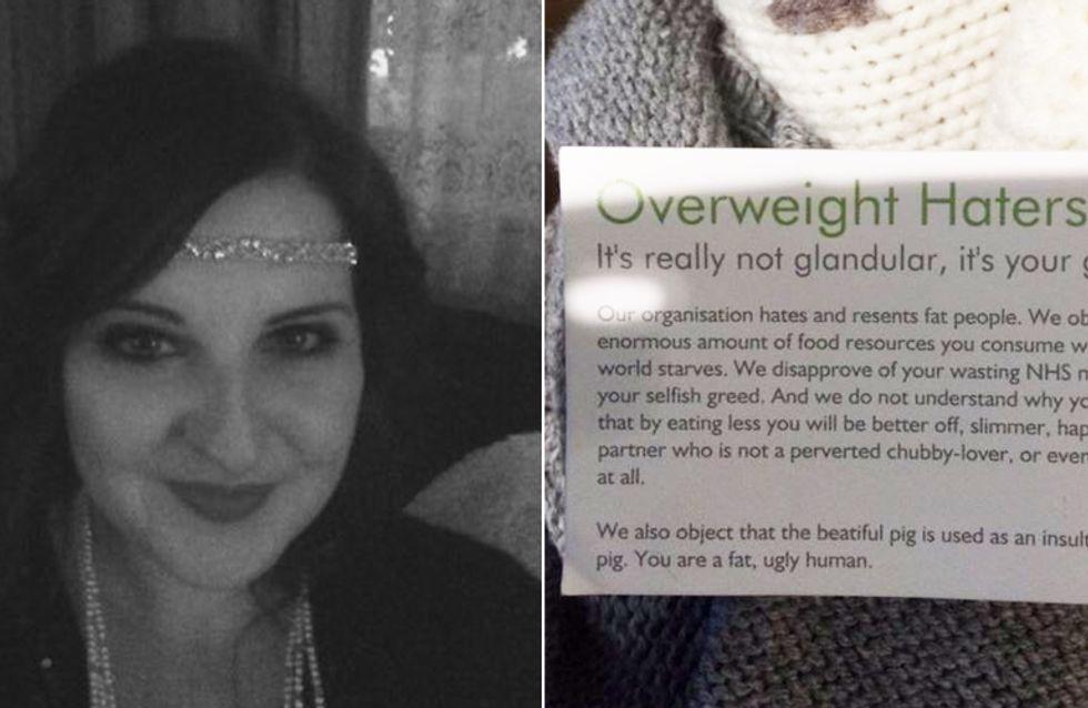 Ein Fremder überreicht ihr eine Karte - als sie liest, was darauf steht, bricht sie in Tränen aus
