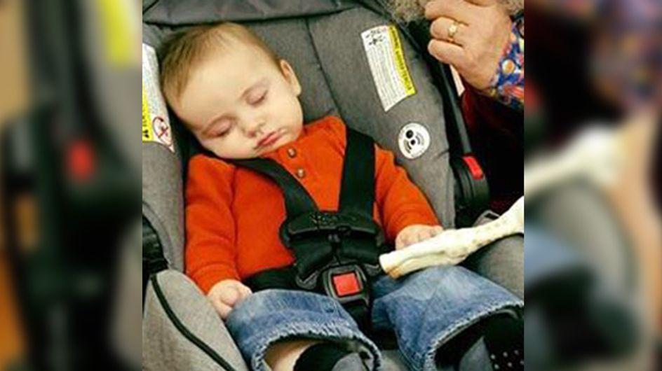 Ce bébé s'est endormi en allant voir le père Noël et cela donne une photo adorable