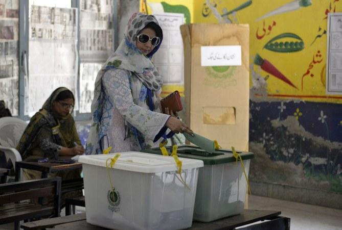Une femme vote au Pakistan