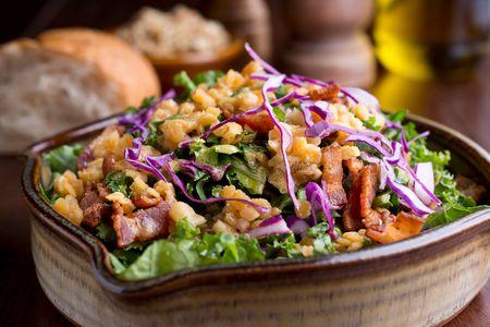 Chou rouge, pois chiche, lardons, salade verte...