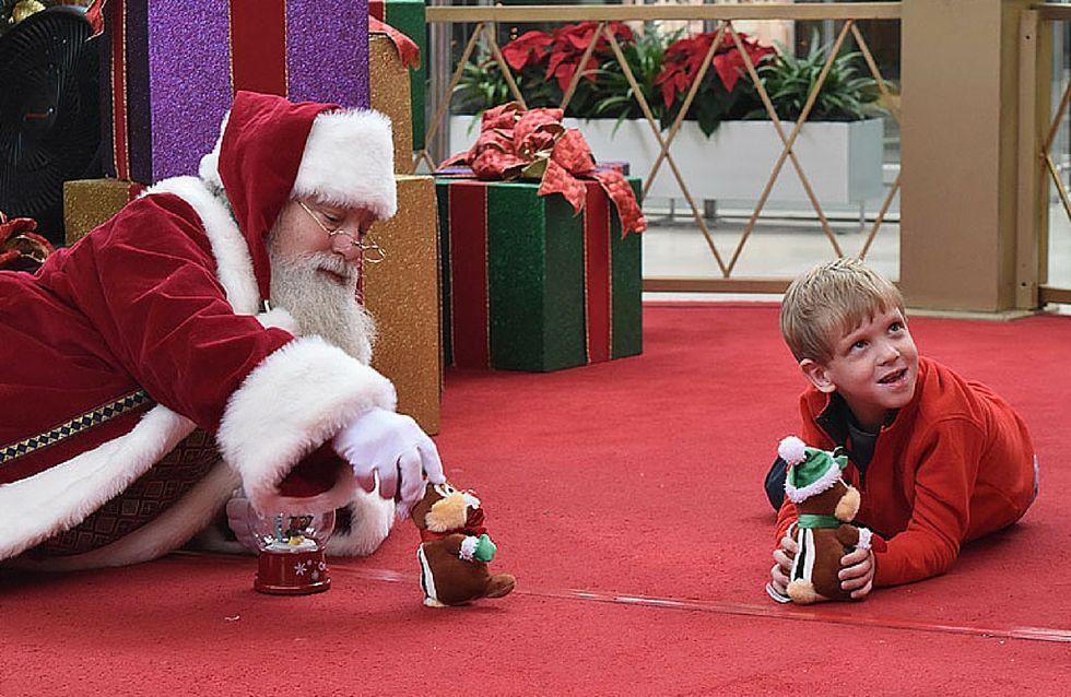Il modo in cui Babbo Natale si è avvicinato a questo bimbo autistico è assolutamente incredibile