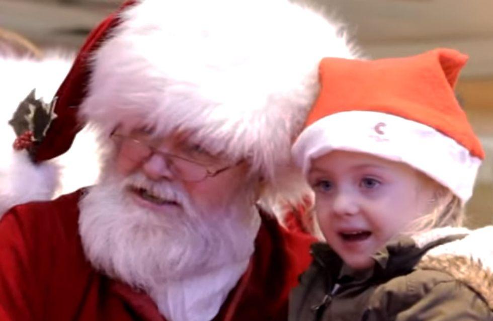 Als dieser Weihnachtsmann bemerkt, dass das kleine Mädchen ihn nicht hören kann, tut er etwas Großartiges