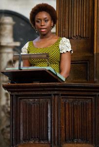 Chimamanda Ngozi Adichie fait un discours.
