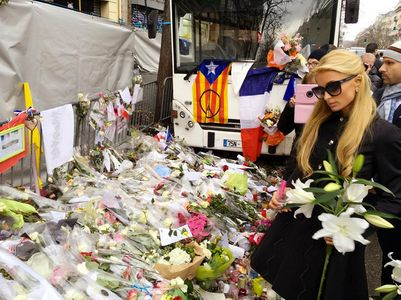 Paris Hilton devant le Bataclan