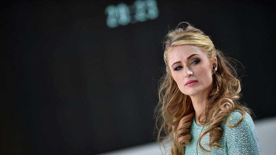 Paris Hilton de passage à Paris, elle rend hommage aux victimes devant le Bataclan (Photo)