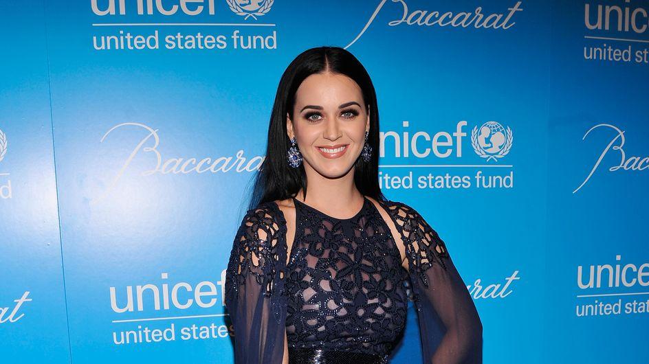 Katy Perry joue les Miss Météo pour la bonne cause (Vidéo)