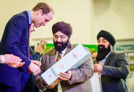 Le prince William recevant les poupées Kate et Charlotte