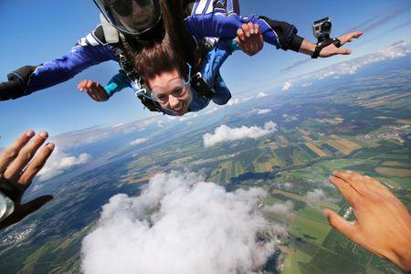 Salto grupal en paracaídas