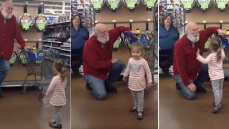 """""""Bist du der Weihnachtsmann?"""" Dieses kleine Mädchen kann ihr Glück kaum fassen"""