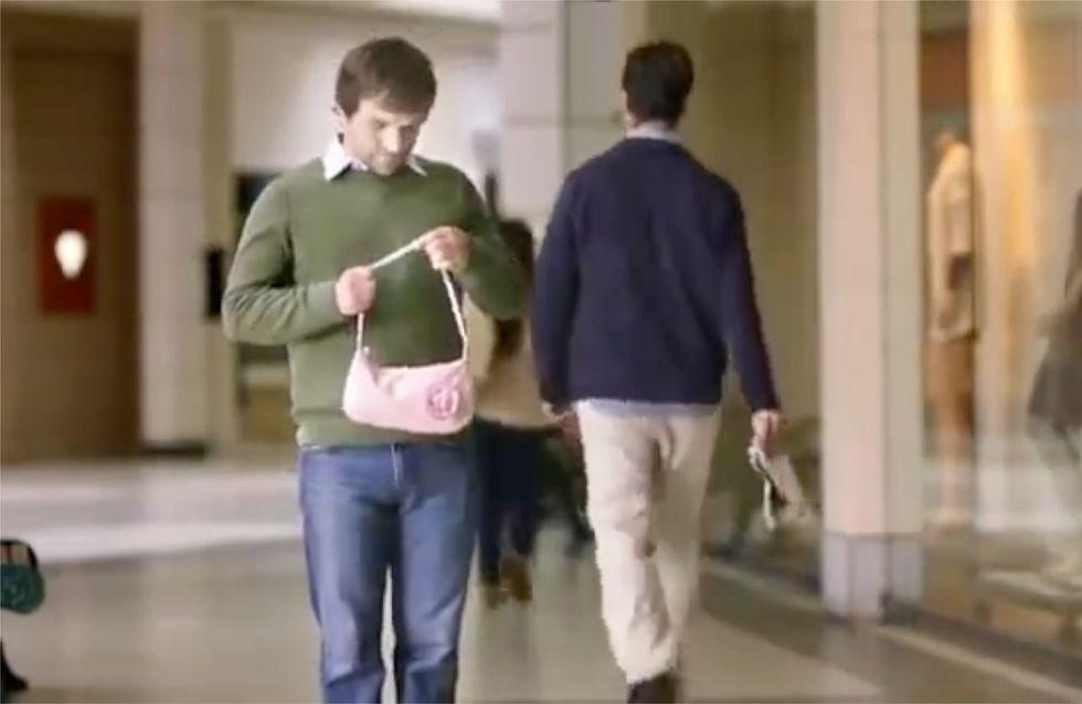 DAS passiert, wenn Frauen ihren Männern einfach ihre Tasche in die Hand drücken