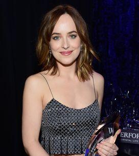 Dakota Johnson craque sa robe sur la scène des People's Choice Awards (Vidéo)