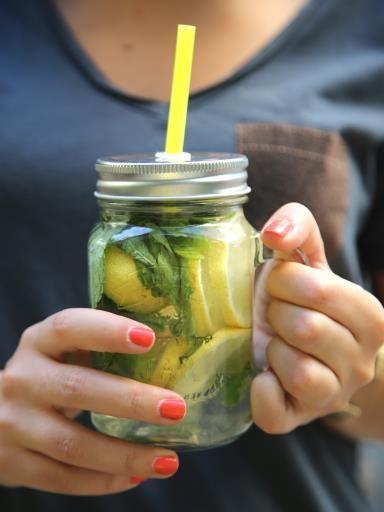 Préparez-vous une eau détox au citron à siroter toute la journée
