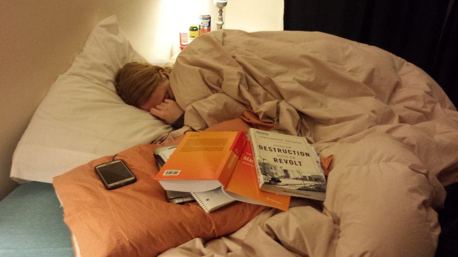 Dieser Mann fotografiert seine schlafende Freundin - und macht ihr damit den echten Liebesbeweis
