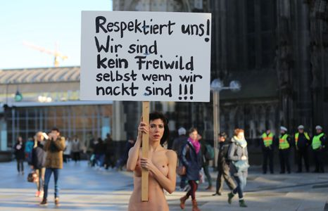 Une femme manifeste devant la gare de Cologne