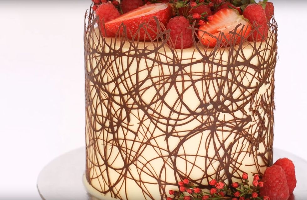 Geniale Idee: SO EINFACH könnt ihr eine mehrstöckige Torte dekorieren