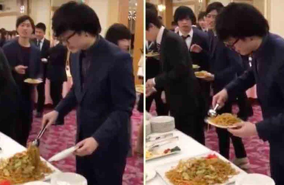 Psst, keiner hat's gesehen: Wie sich DIESER hungrige Mann am Buffet bedient, ist etwas merkwürdig!