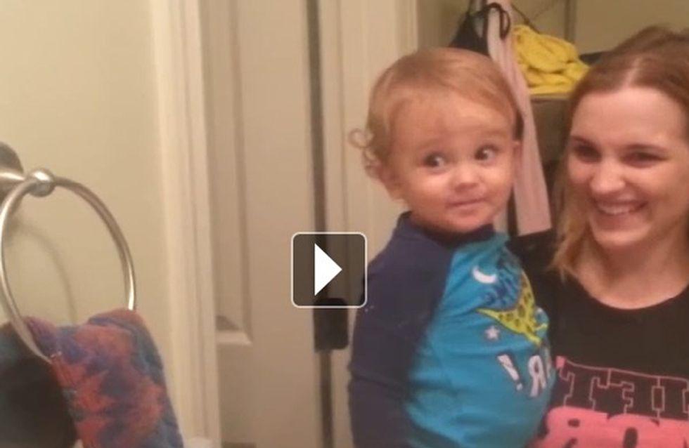 Ce petit garçon est vraiment mort de rire lorsqu'il découvre ce dont il est capable (vidéo)